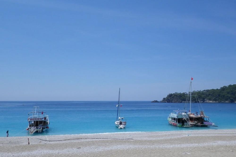Aloa 27 на стоянке у пляжа Olu Deniz в Турции