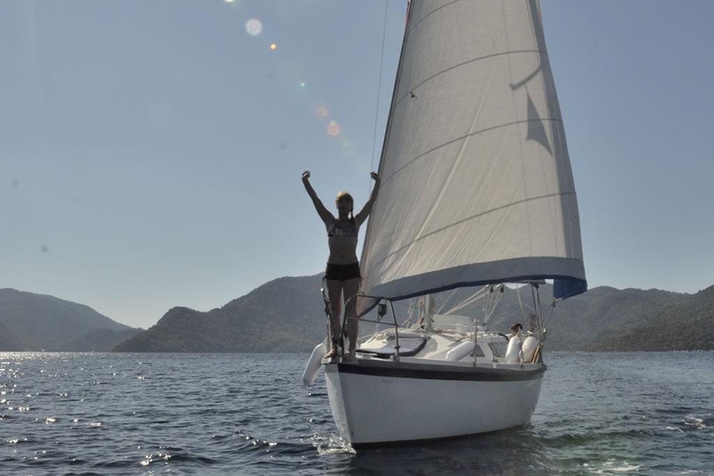 Девушка на носу яхты Aloa 27